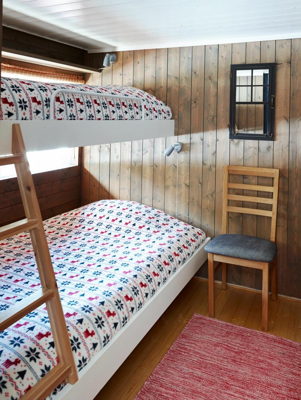 NYTT UTTRYKK: På dette soverommet malte Yvonne køyesengene med eggehvit og veggene på soverommet ble beiset med Gjøco Interiørbeis 9098, værbitt. Det er ingen dum idé å male karmene på sengene dersom du ønsker en mer moderne stil. (FOTO: Sveinung Bråthen)