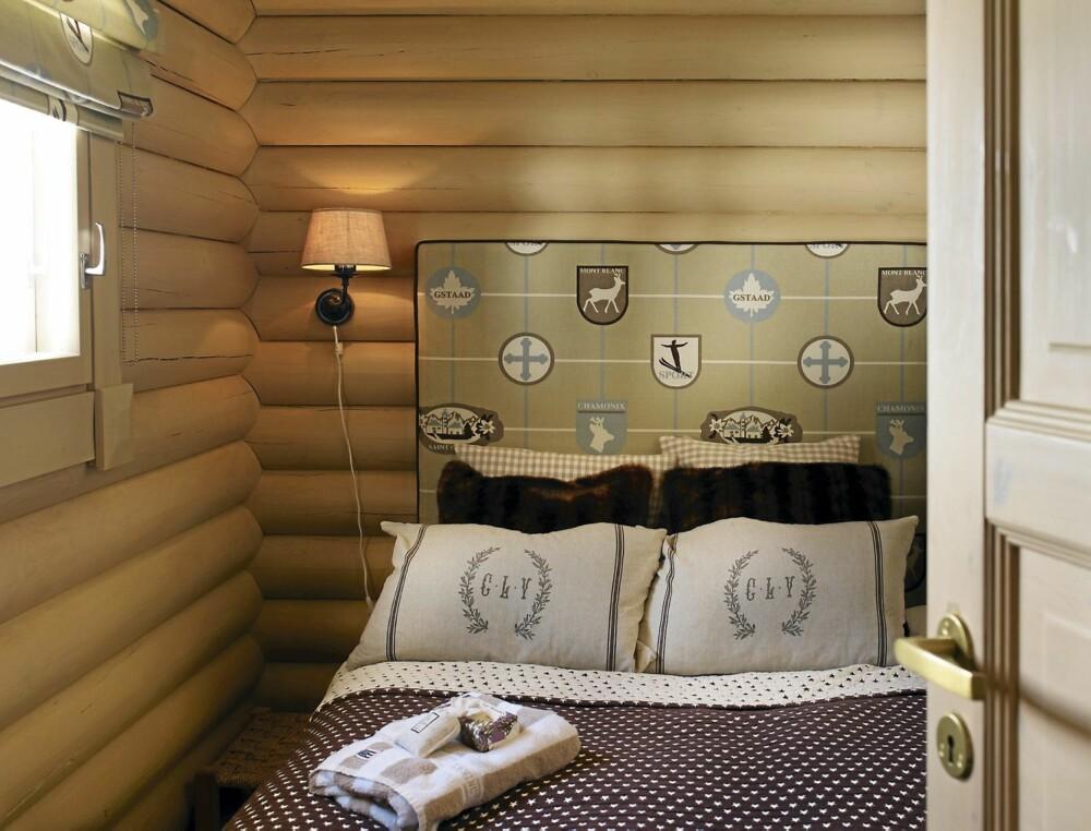 TEMA: Temaet i dette soverommet er hentet fra vintersportsstedet  Chamonix. Stoffet til gavlen og sengetøyet er kjøpt på Bjørnehiet Interiør i Trysil, mens sengene kommer fra Ikea.