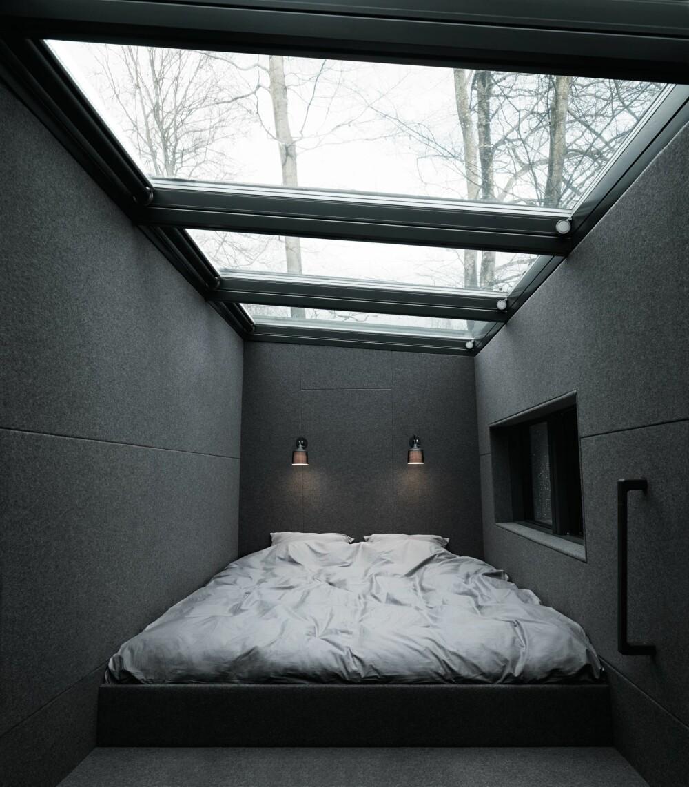 SOVEROM: Den vesle hytta har en liten soveavdeling med seng, tre lamper og et stort takvindu.