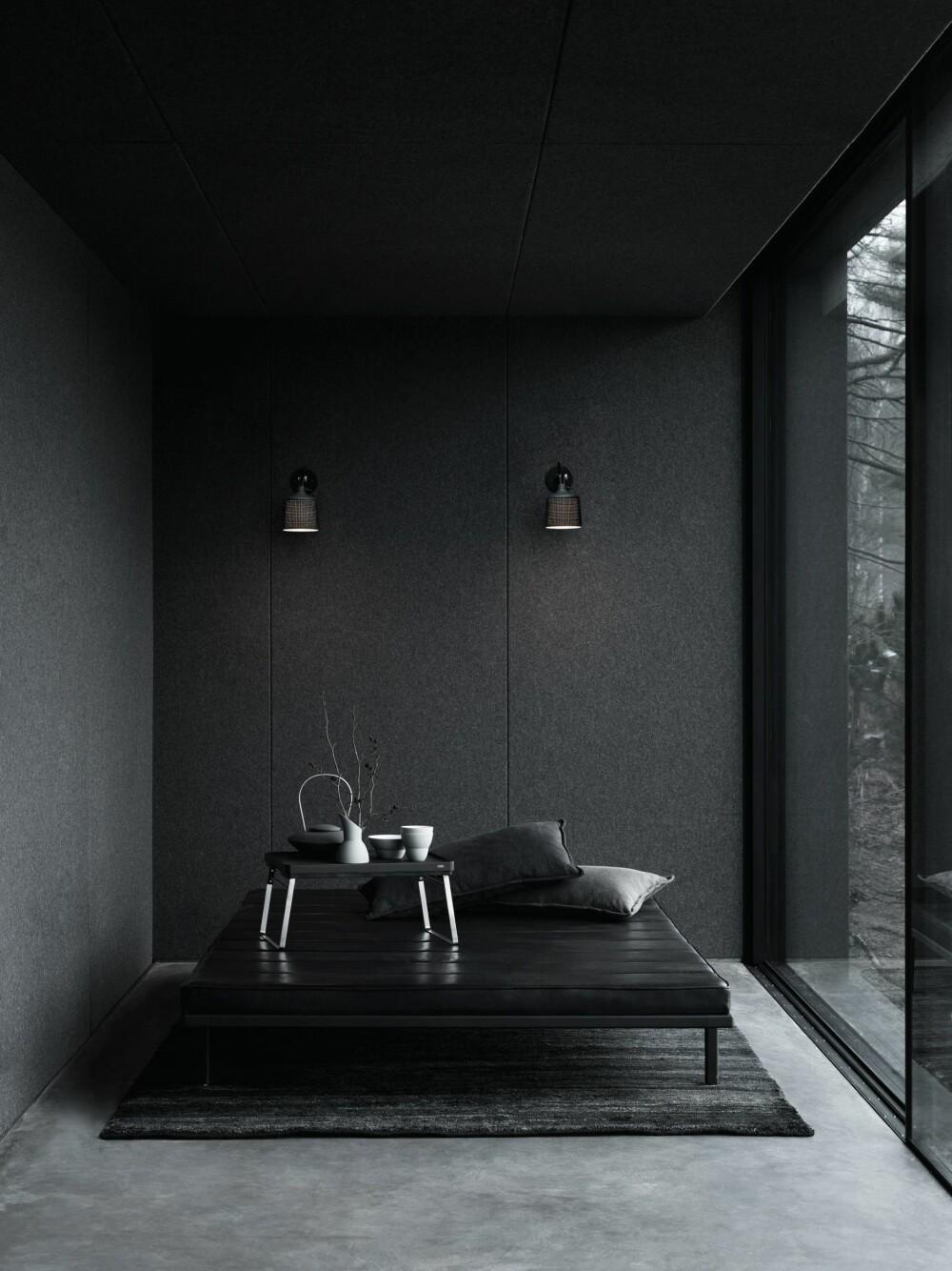 AKKURAT NOK: Den lille stuen består av en Vipp daybed og skyvedører i glass.