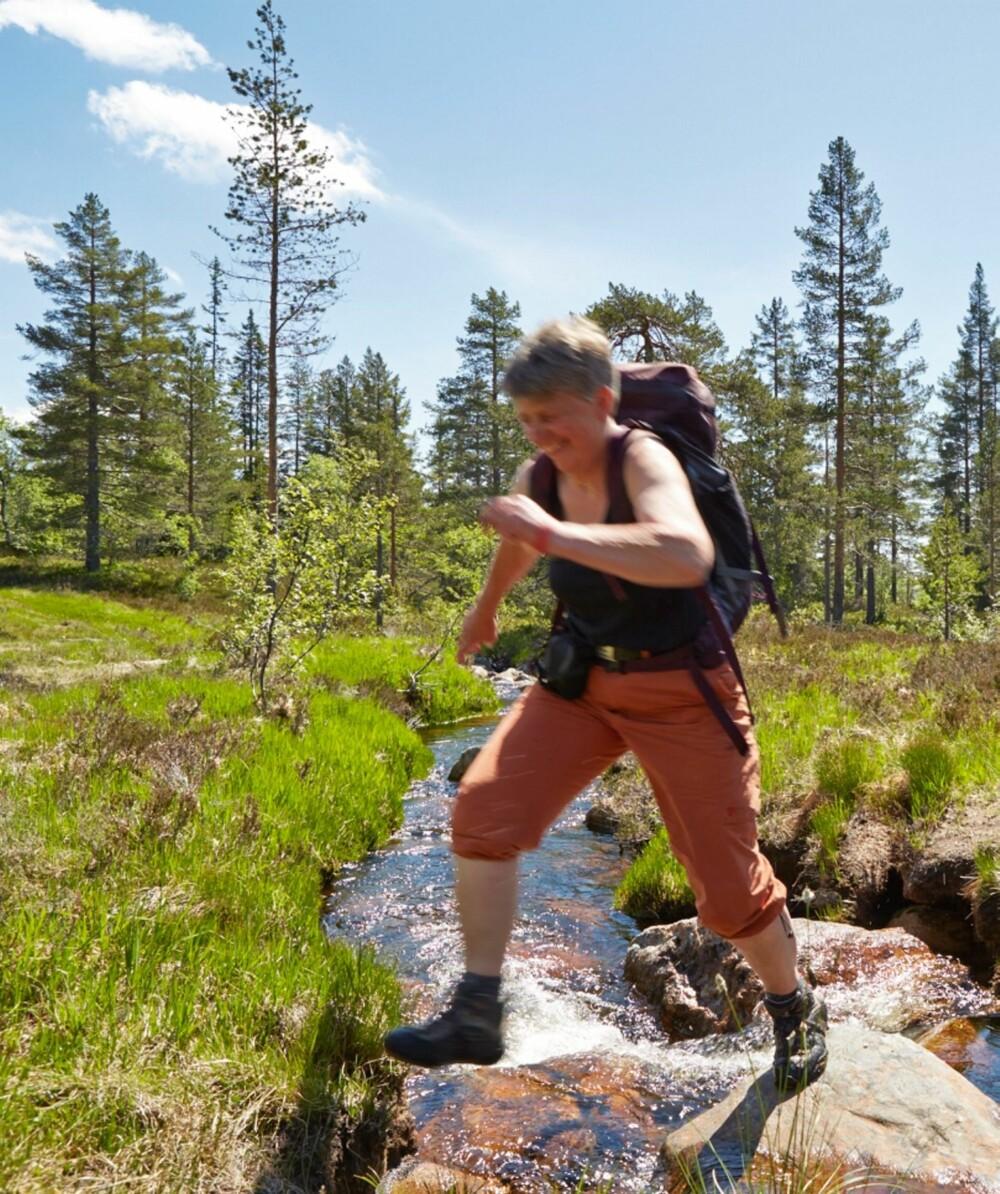 Rask gange: Etter en halvtimes gåtur i raskt tempo, ankommer Gunhild hytta på heia ca. 800 meter over havet.