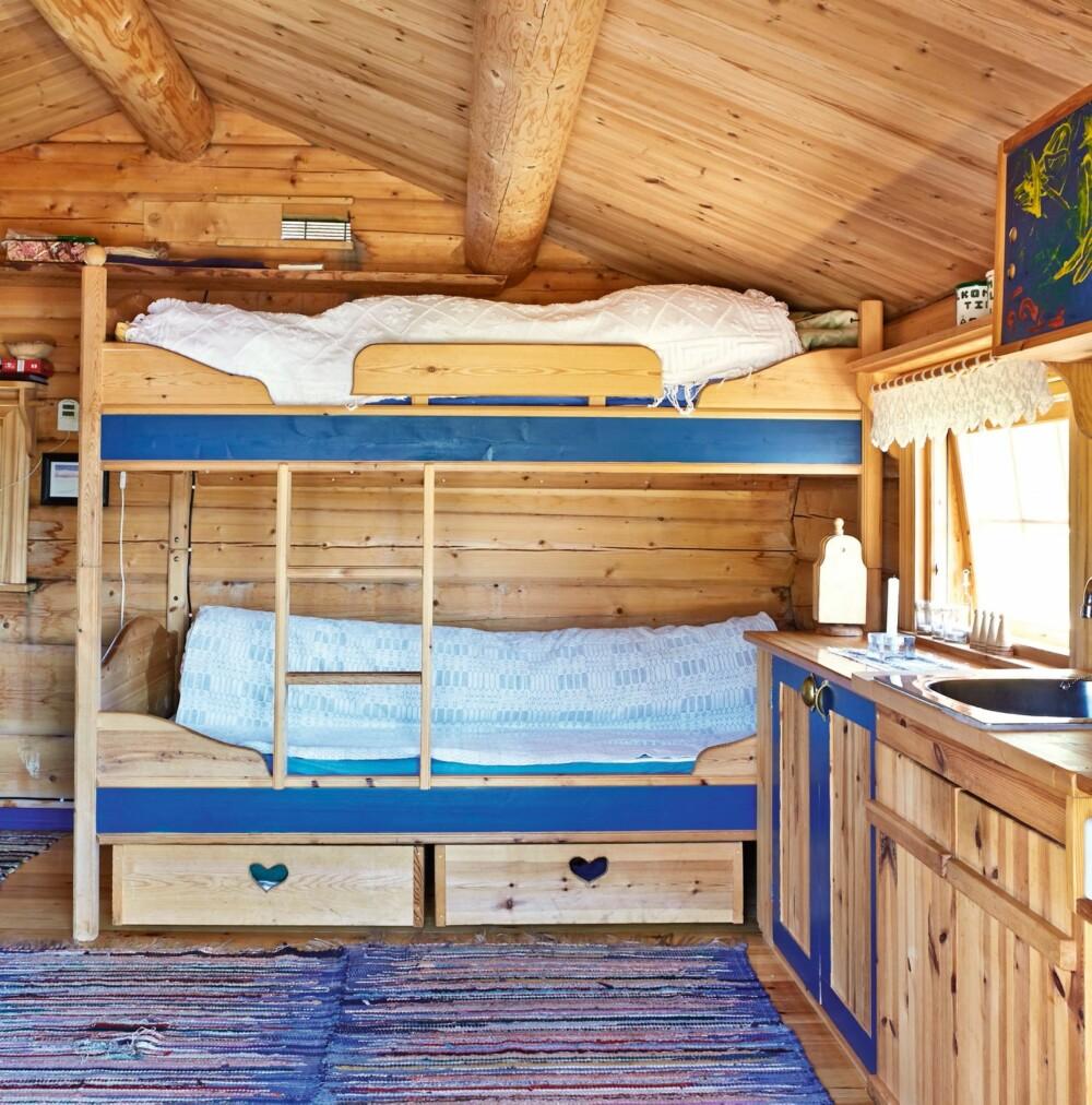 Åpen løsning: Hytta består kun av ett rom. En åpen kjøkkenløsning mot køyeseng og stue.