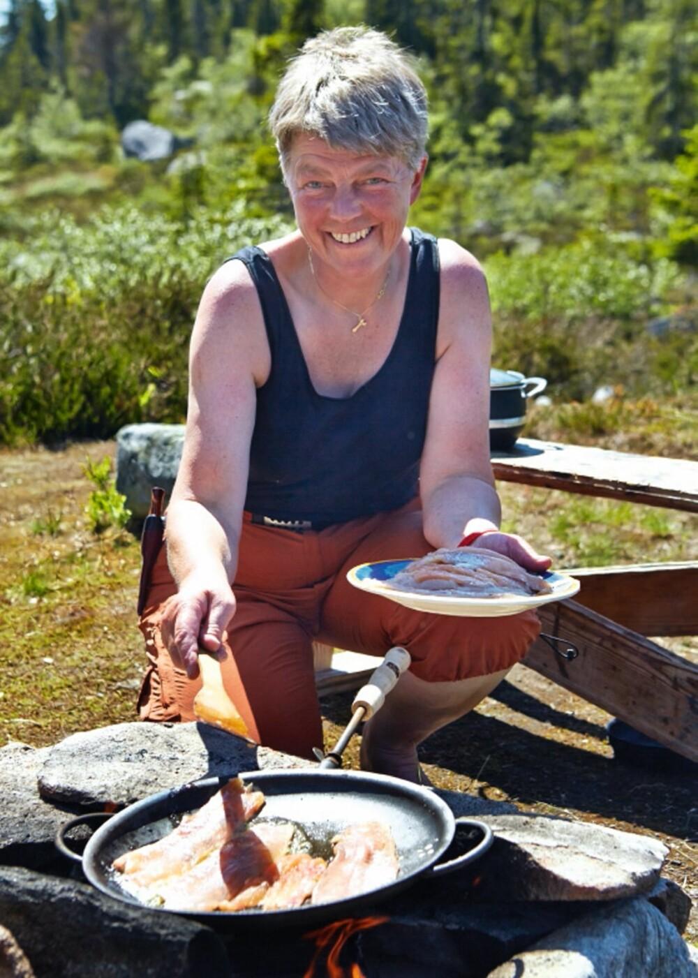 Kortreist: Både materialer og maten er kortreist i Gunhilds hytteparadis. På fremsiden av hytta har hun laget en liten bålplass der det ofte spises fisk.