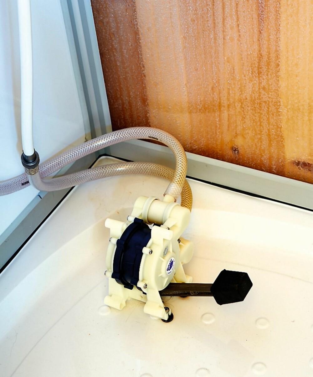 Nyttig pumpe: På kjøkkenet og på badet er hytta utstyrt med et enkelt pumpesystem. Henter vann: Det er ikke langt å gå til bekken for å hente rent fjellvann.
