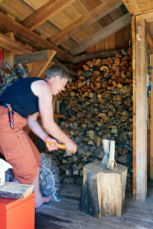 Vedstabling: Det er greit å finne ved rundt hytta, forteller Gunhild, som brenner en god del tørr gran