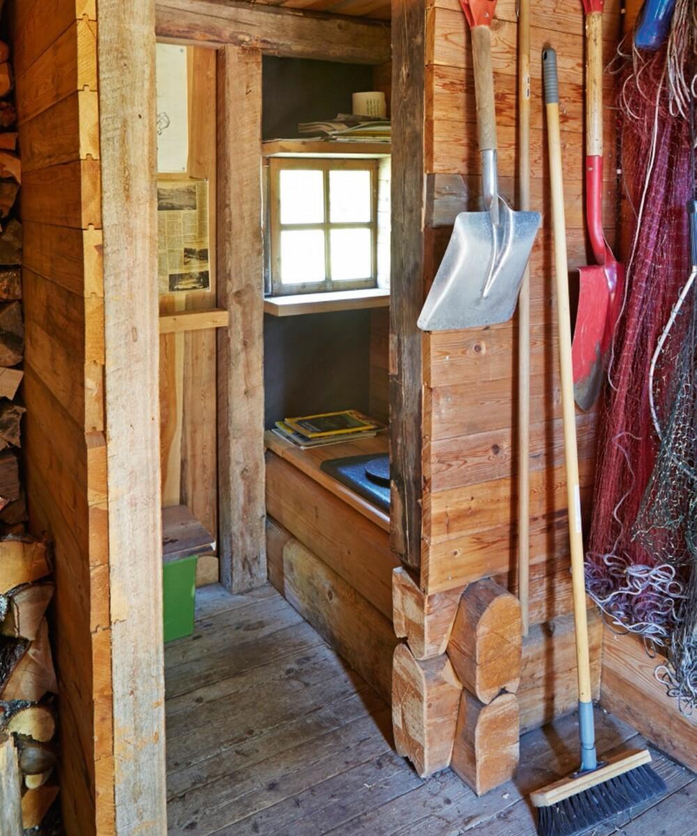 Laftet do: Doen ligger i uthuset og er laftet av Gunhild. En klassisk hyttedo vegg i vegg med vedboden og baderommet.