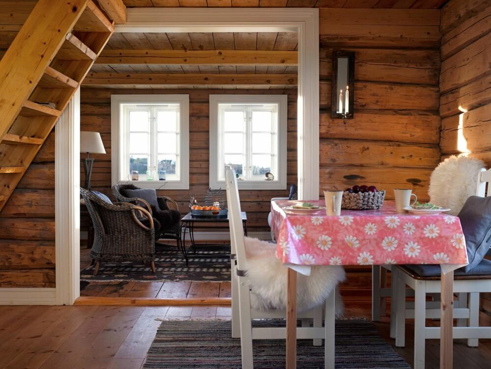 Mellomrommet: Rommet mellom kjøkkenet og stuen blir brukt til en hyggelig spisekrok. Herfra er det utsikt mot hav og himmel. Hvite karmer er med på å fremheve tømmerveggene. Foto: Per Erik Jæger