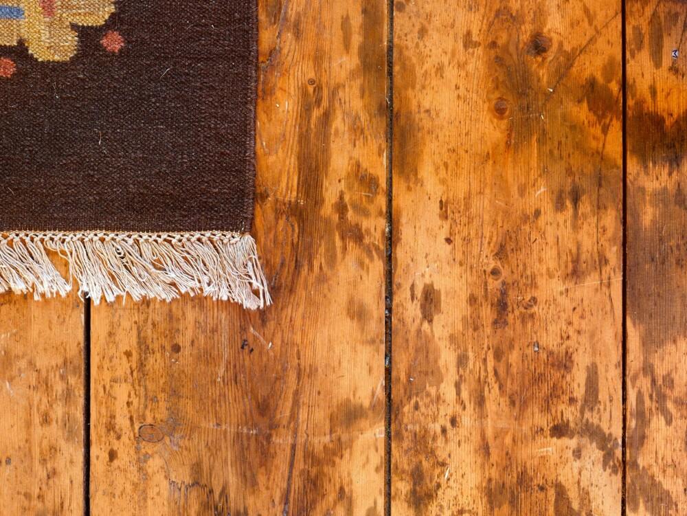 Gamle spor: Fettflekkene på gulvet stammer fra skinker som hang under taket. Foto: Per Erik Jæger