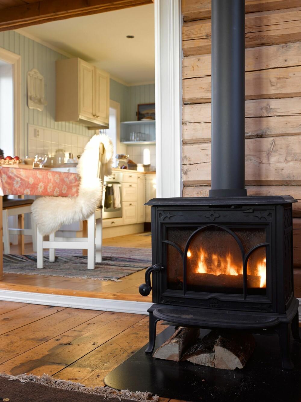Plass til kjøkken: Tilbygget har gitt rom for et komfortabelt kjøkken. Det er holdt i duse farger som passer til fargene i skjærgården. Foto: Per Erik Jæger