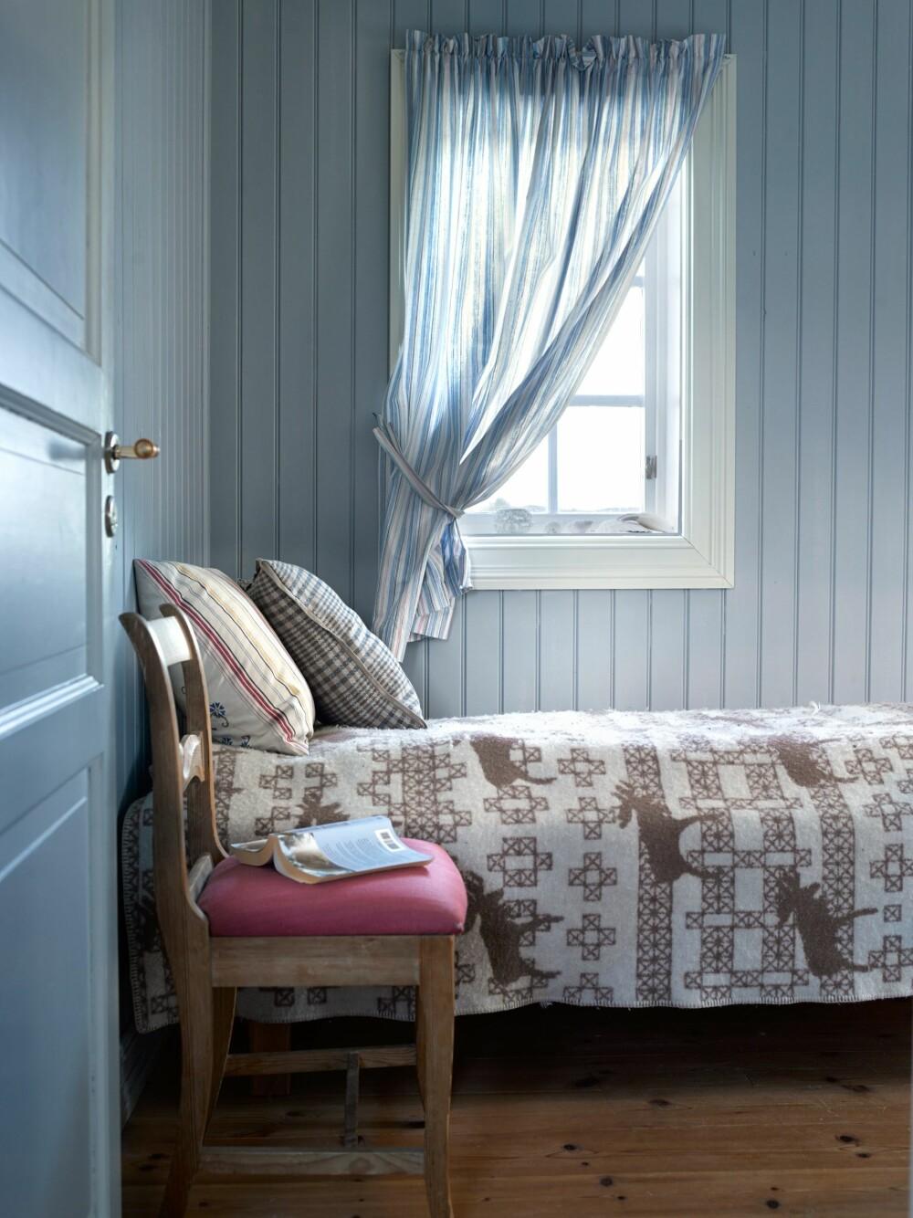 Himmelblått: Det nye soverommet er i himmelblått. Her er det fint å sovne til lyden av havet. Foto: Per Erik Jæger