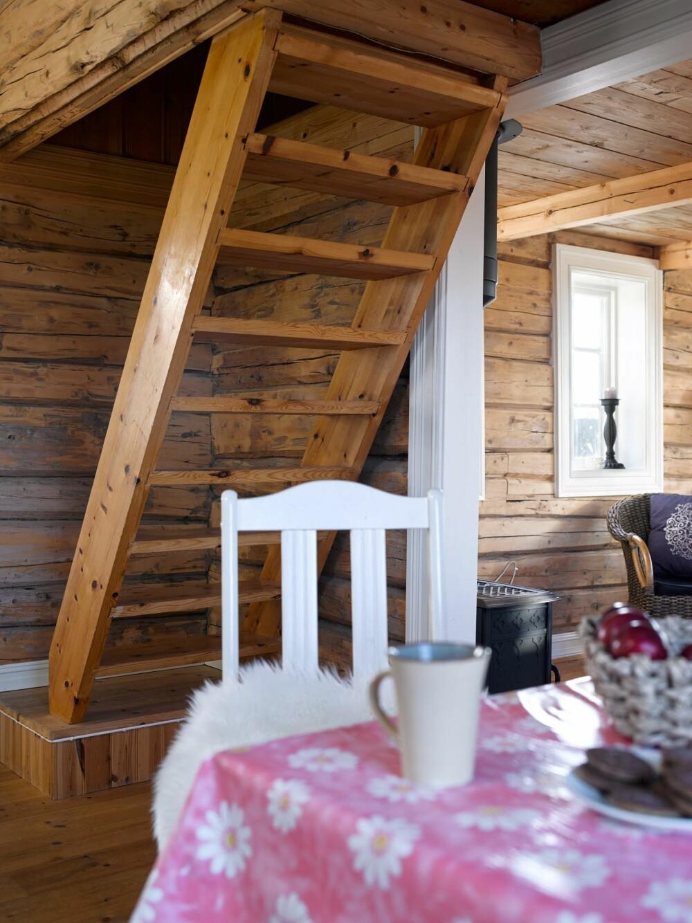 Plassbesparende: Stigen opp til hemsen tar minimalt med plass fra kjøkkenet og spisekroken. Foto: Per Erik Jæger