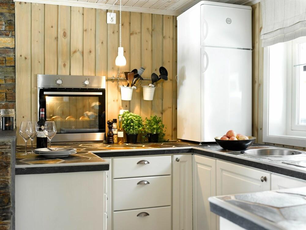 DRISTIGE VALG: Å plassere kjøleskapet på benken og stekeovnen i veggen, ga mer benkeplass og skapplass.