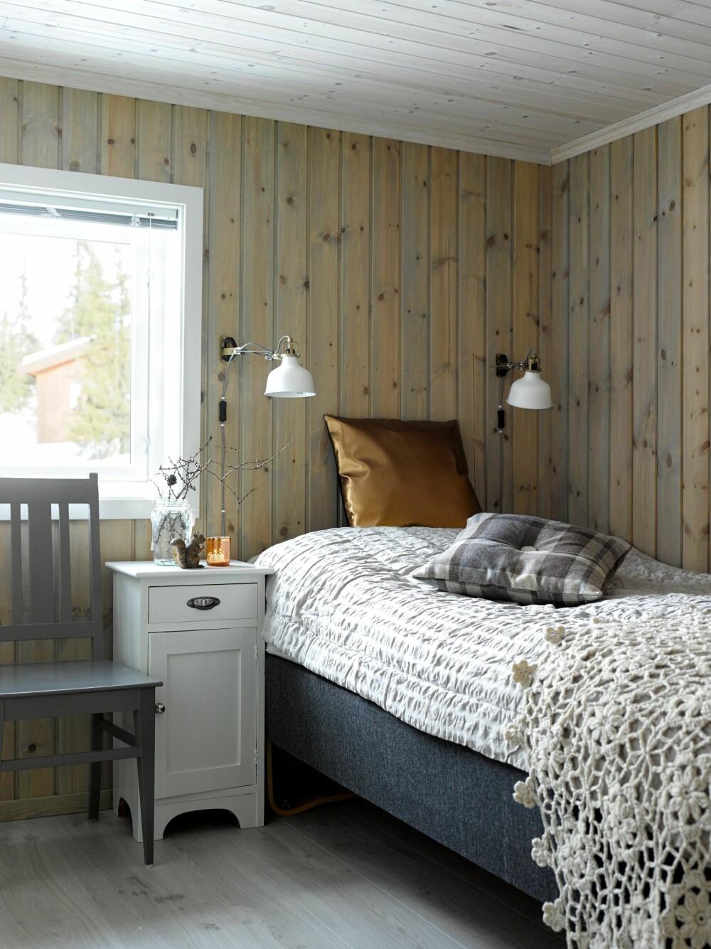 I HARMONI: Soverommene har samme fargepalett som flerbruksrommet. Døren står ofte åpen, slik blir det helhet. Lamper fra Ikea.