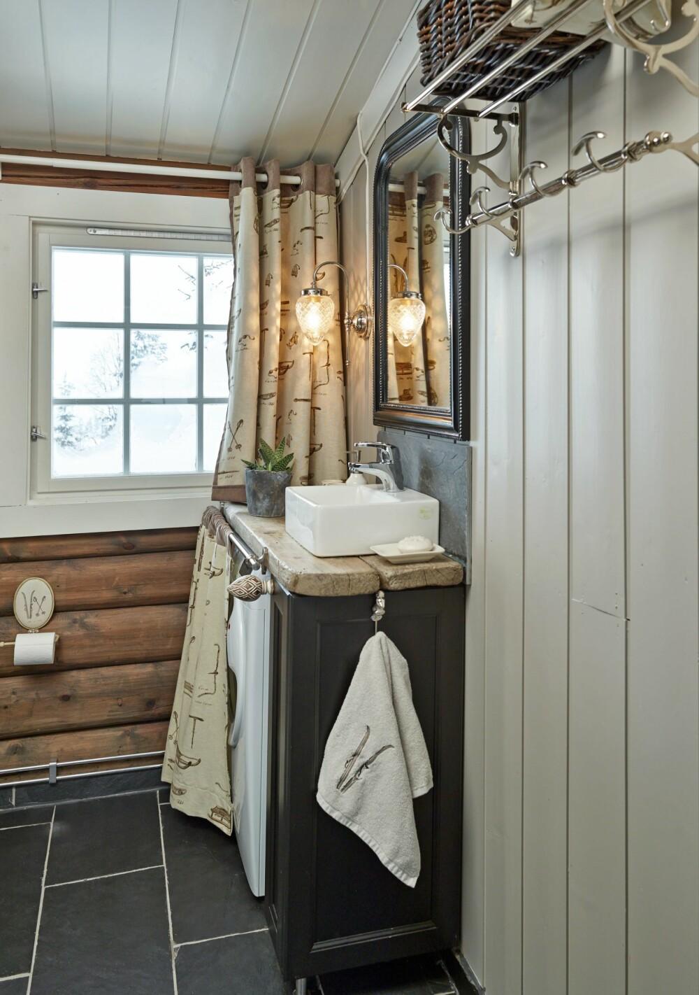 BAD: Badet har en mønstrete gardin, stram servant og grov benkeplate. På badet har eierne lagt nye gulvfliser og satt inn ny baderomsinnredning. Den lille vasken heter Bergamo og er fra Korsbakken. Den fås hos de fleste VVS-forhandlerne.