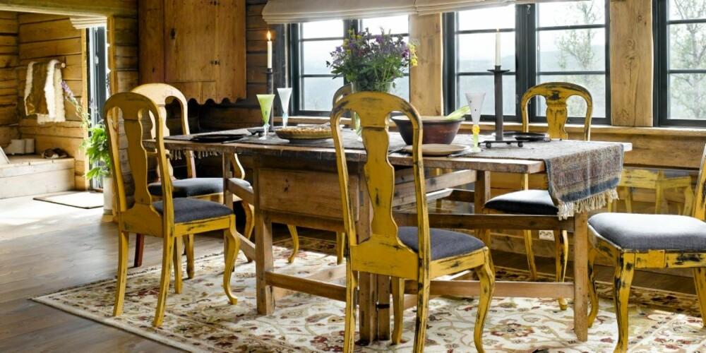 PLASS TIL MANGE: Spisestua er sjenerøs og romslig med plass til mange rundt bordet. Stolene, som eierne har funnet på låvesalg, er blitt pusset og skrapt for maling. Lysekronen er laget av gammelt jern og er tegnet av mannen i huset.