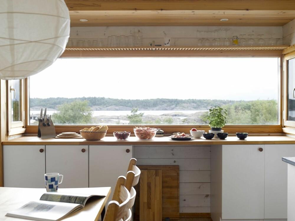 KJØKKEN MED UTSIKT: Kjøkkenbenken har fått en tronplass med en utsikt som virker oppkvikkende for matlagingen. Innredningen har Ivar selv snekret. Innvendige skap fra Ikea.