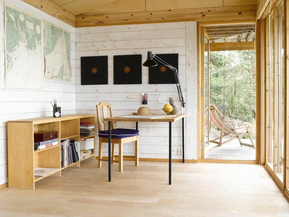 ARKITEKTENS INSPIRASJONSSTED: Enkelt og flott er Ivars arbeidssted. Her utføres skisseoppgaver til havutsikt i mange slags værtyper. Lampe fra Luxo. Persienner fra Ikea.