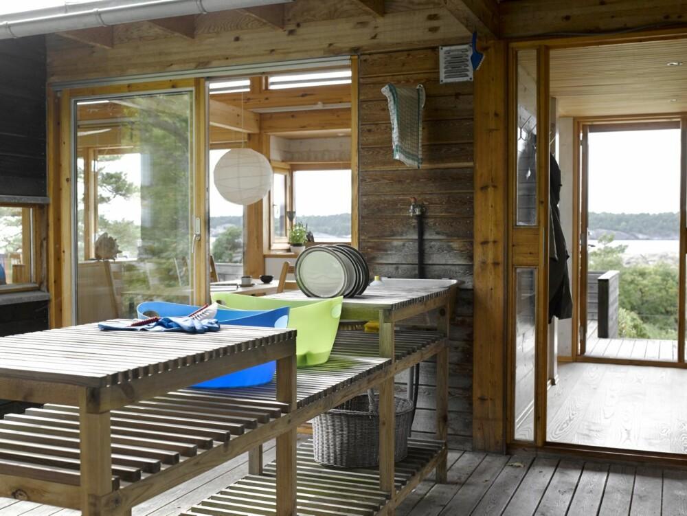 TRANSPARENS: Oppvasken kan Ivar og Mona enkelt ta utendørs, samtidig som de har både utsikt og oversikt over leia. Vann til hytta er lagt inn i en kran på veggen.
