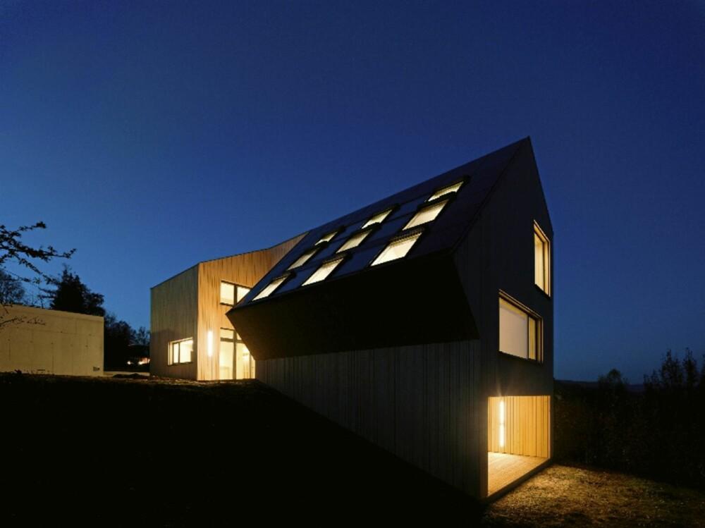 STORE ÅPNINGER: Sunlighthouse by night. På dette bildet synes alle vindusåpninger ekstra godt.