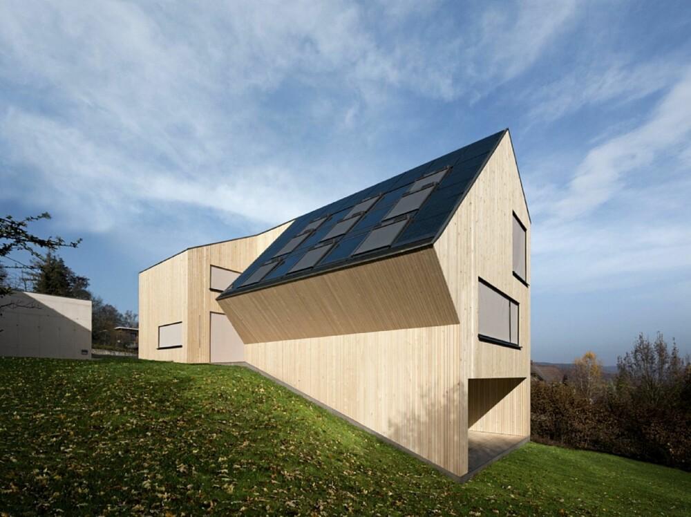 TAKET SOM FANGER SOLEN: Her ser du alle de store solfangere på taket tydelig. De gir huset et energioverskudd.