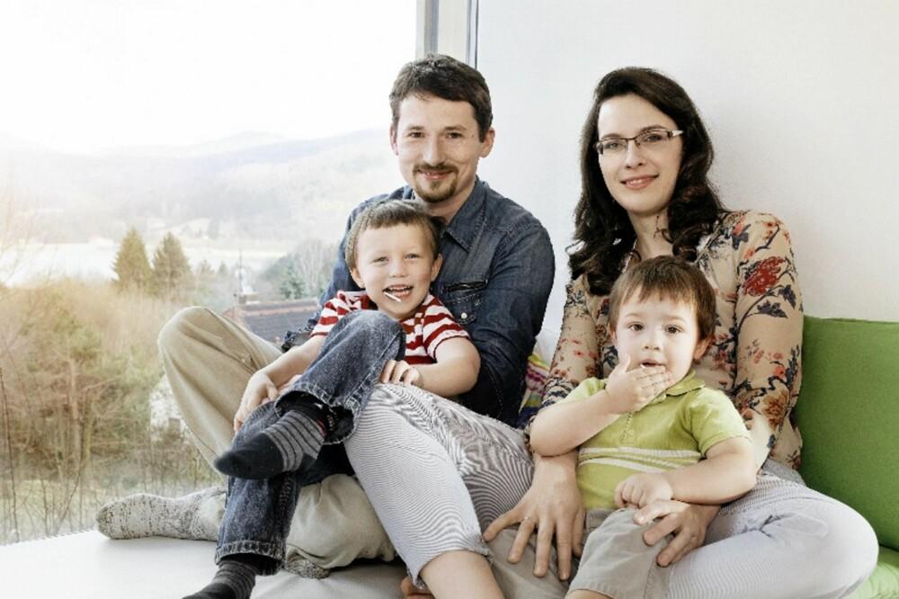 VARM HYGGE: Beboerne har god plass i nisjen i den brede, ekstraisolerte ytterveggen i stuen.