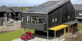SELVBERGET MED ENERGI. Alle vinduer mot sør har utvendig solblending. Merk de store solfangerne på taket. De bidrar til å gjøre boligen nesten selvforsynt med energi. Dette huset på 180 kvm er isolert og  laget slik at det får et minimum varmetap.