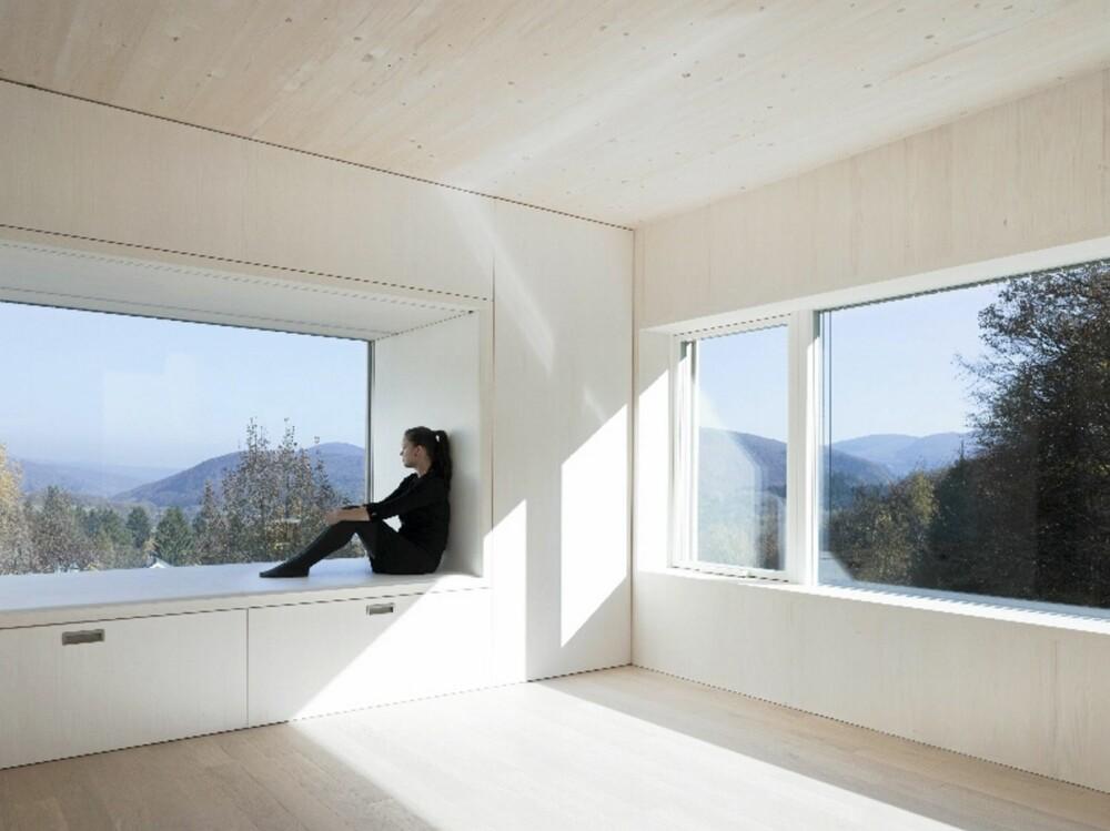 FRI SIKT: Her ser du hvor åpent mot naturen dette huset er laget.