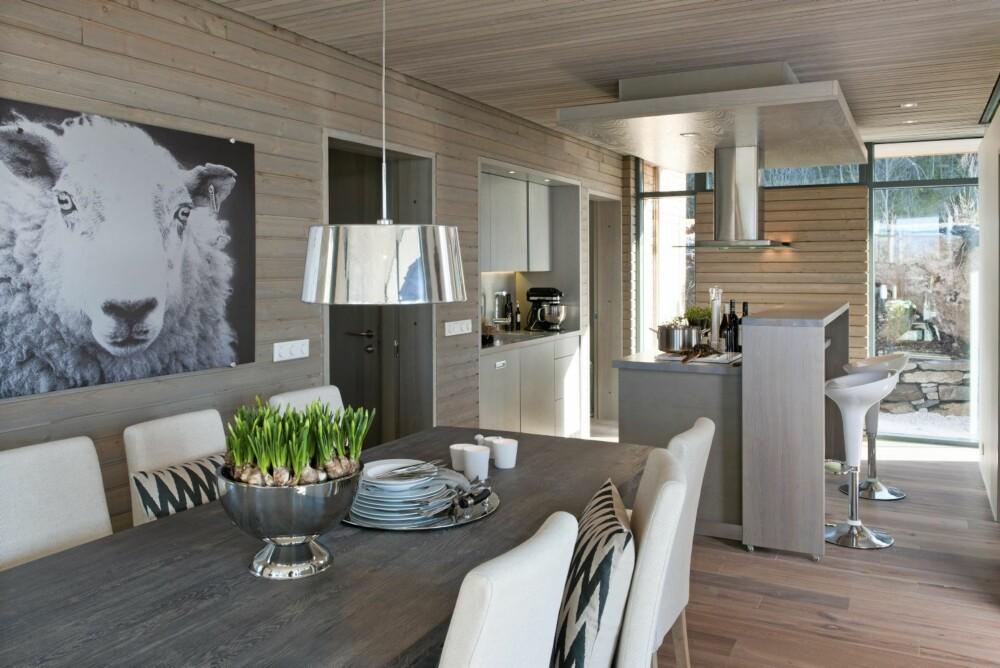 NATURNÆR SPISETUE: Arkitekt Gudmundur Jonsson har lagt vekt på gi alle rom i hytta  god kontakt med naturen. Her ser du hvordan vinduene fra gulv til tak lar dagslyset flomme inn i spisestuen.