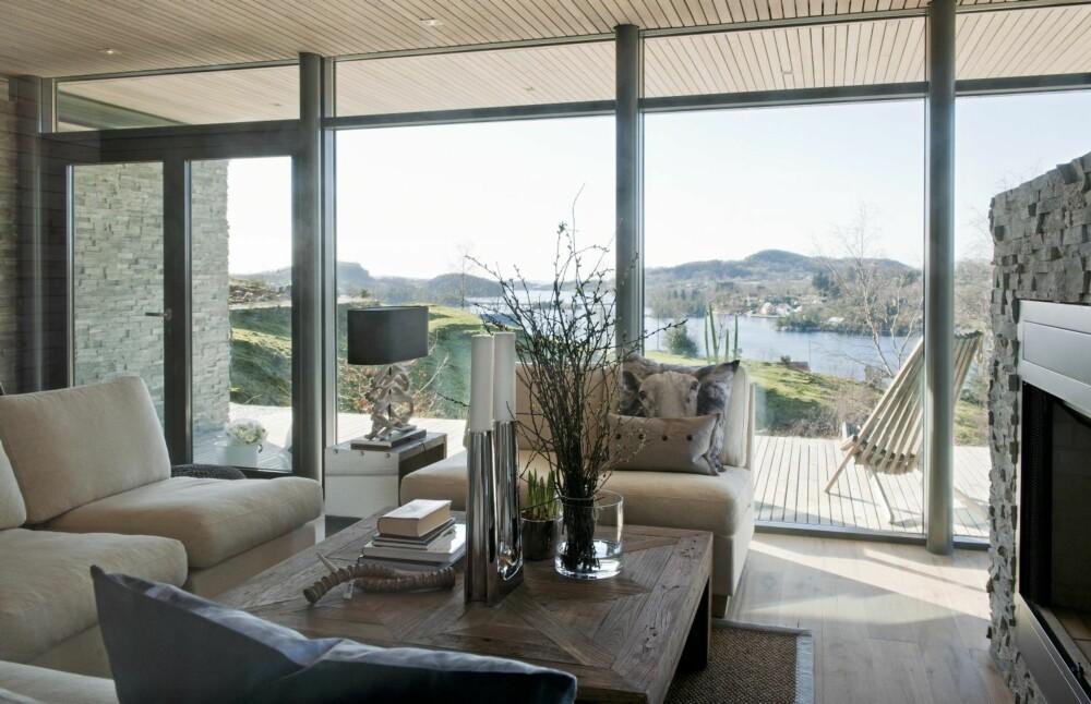 KLIMATILPASSET DESIGN: Bygningen er laget  met et stort , utstikkende tak i  front. Det skjermer stuen mot sterk sol og varme.