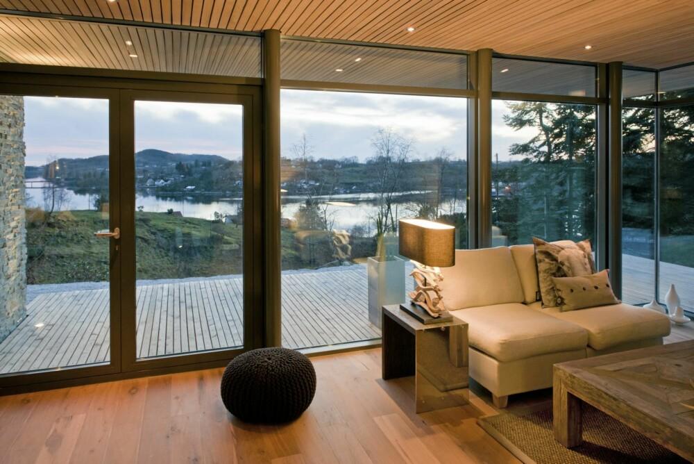 MED LANDSKAPET I HØYSETET: Med høye og lange vindusfelt blir landskapet omkring en viktig del av Bjergøy-hytta. Den er satt opp i regi av firmaet Herlige Hus.