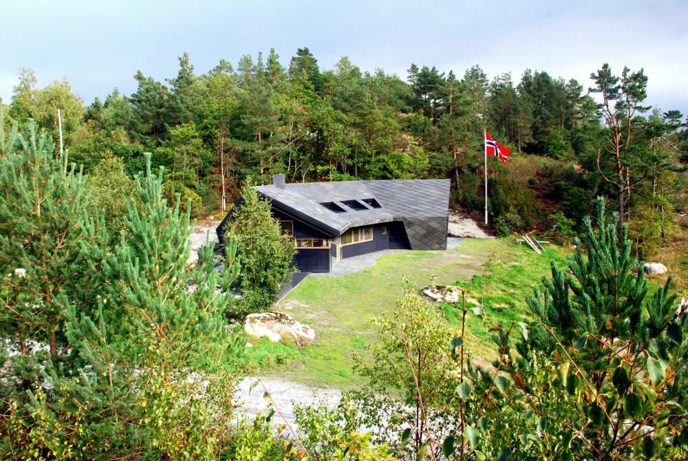 INNESLUTTENDE: Hytta er gitt en omsluttende form som skaper et fokuspunkt i hyttas forkant.