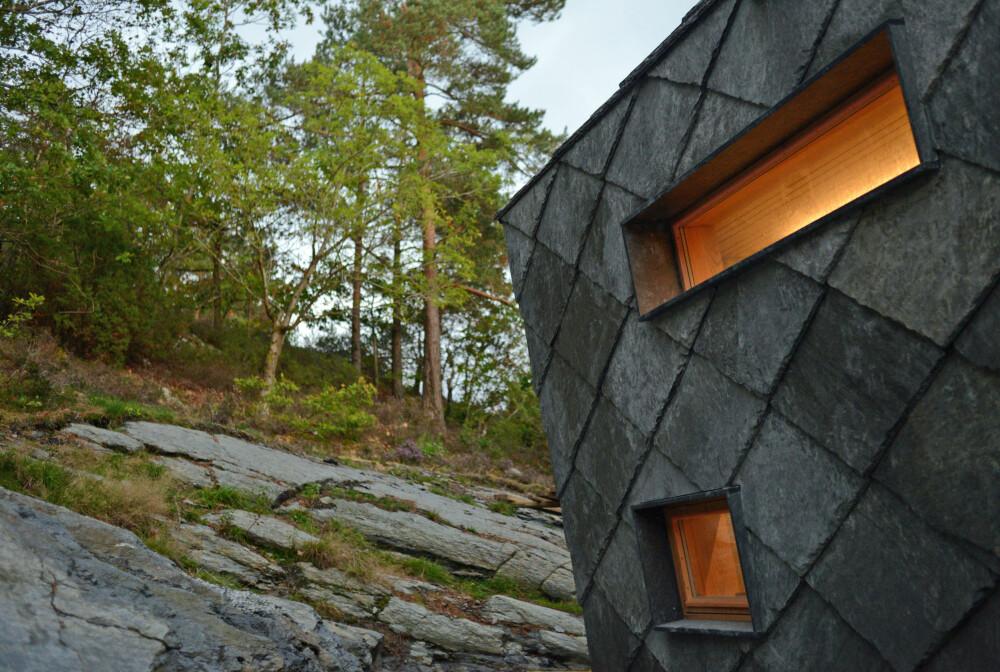 SKIFER: Bruken av ottaskifer på vegger og tak gir hyttas overflate en spesiell estetikk.