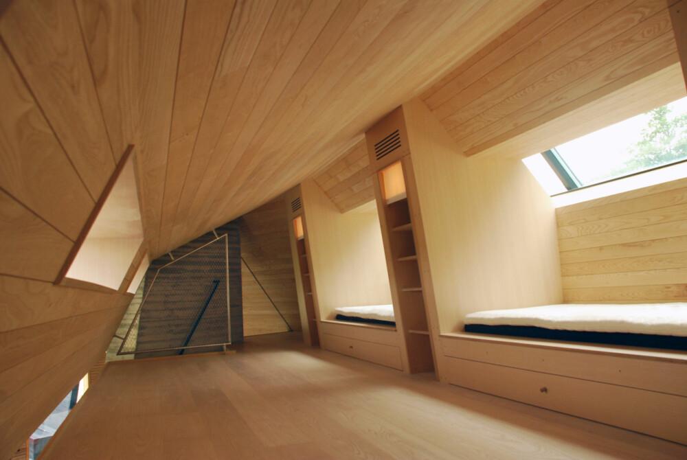 RENE LINJER: Hytta har et stringent utformet interiør, med rette og rene linjer. For å spare plass er det brukt integrerte løsninger for senger og skap.