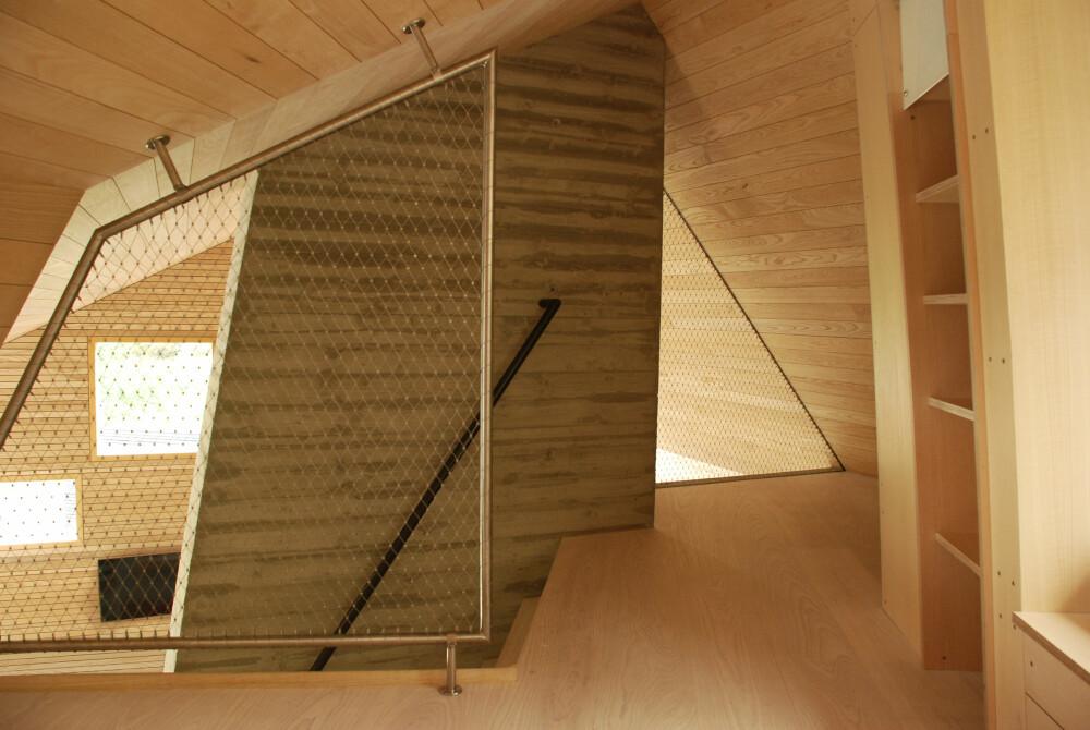 INDUSTRIELT PREG: Bruken av netting som rekkverk på hemsen gir interiøret et industrielt preg.