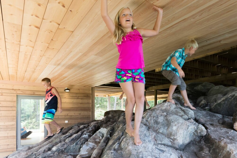 BYGGET I TERRENGET: Særlig barna synes det er spennende å utforske uterommet under hytta.