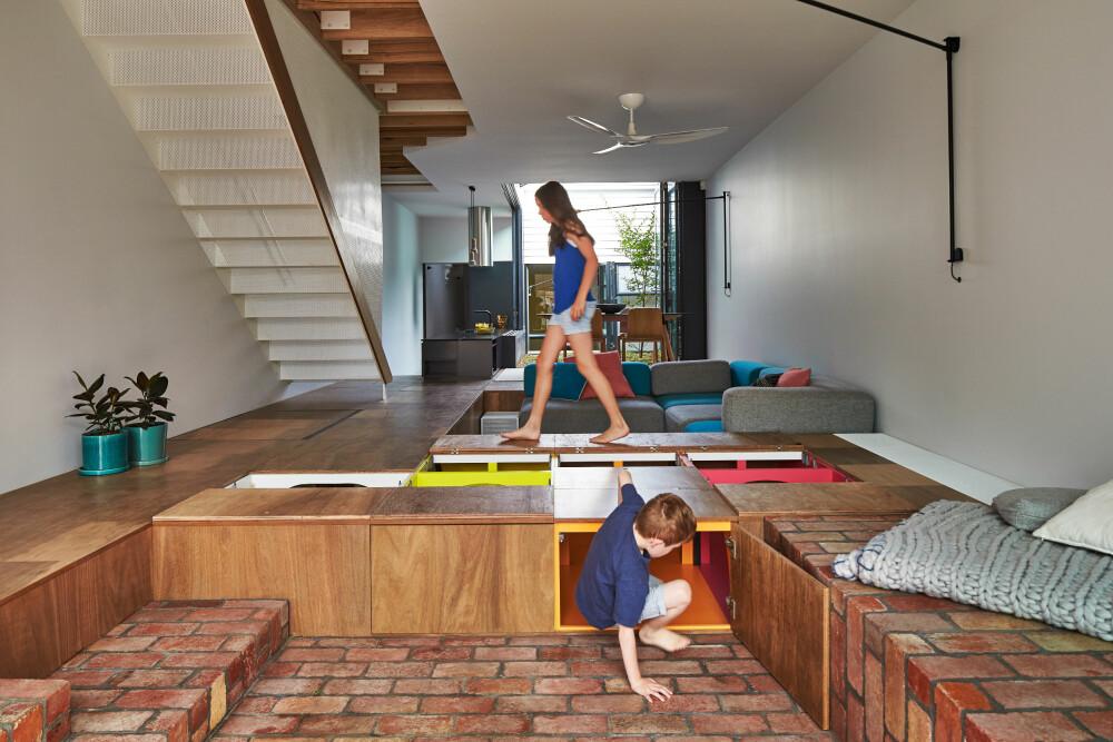 PÅ DAGTID: Arkitektene skapte en gigantisk lekekasse, som er barnas sted på dagtid, men som om kvelden blir en sittegruppe.