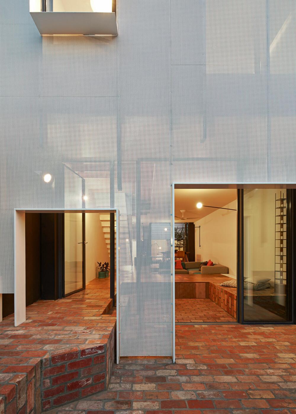 LUFTIG: Metallkledning er ikke lagt direkte utenpå fasaden, men plassert med en avstand til den bakenforliggende veggen. Det skaper en svalende luftighet i rommene bak.