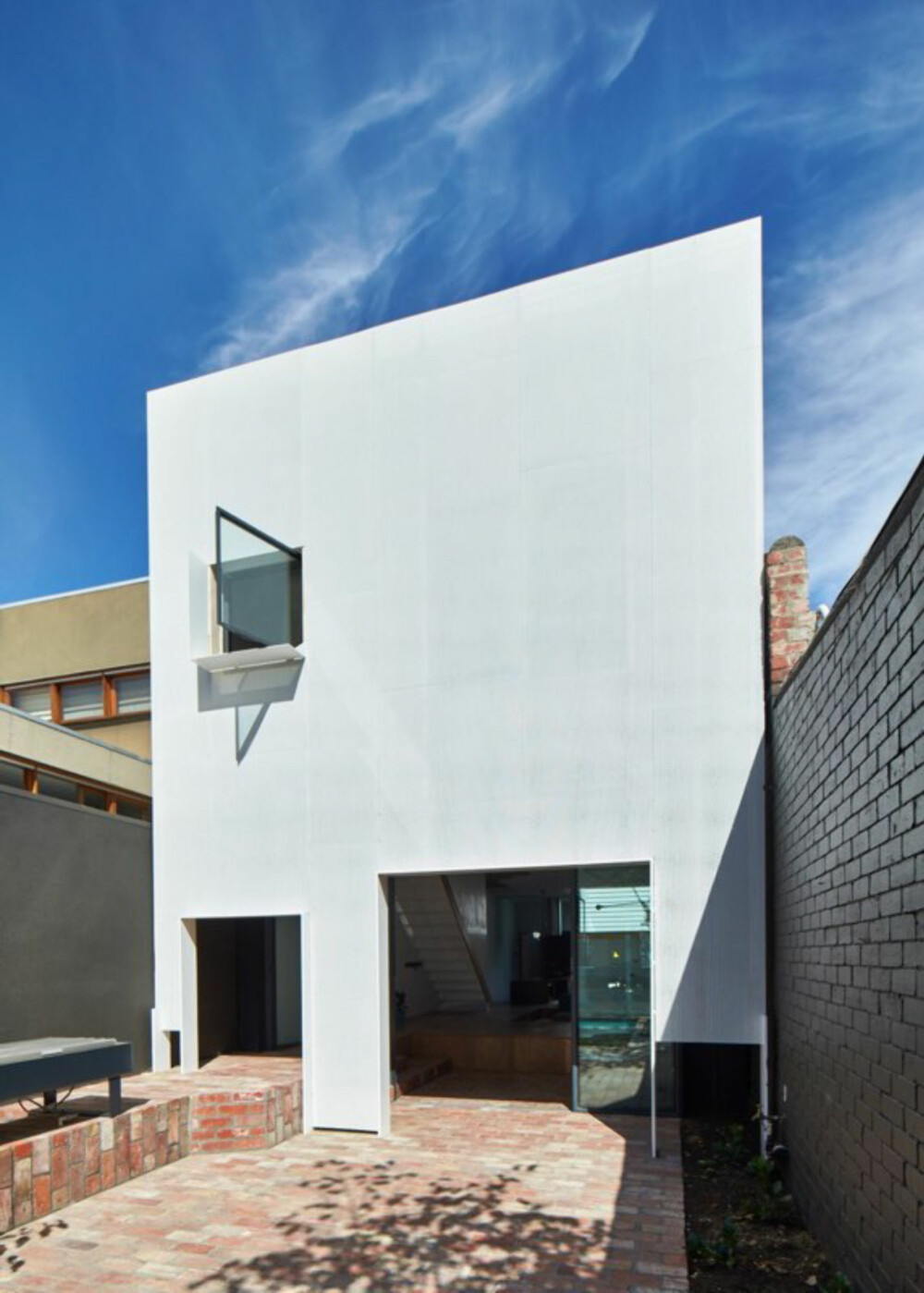 SKYGGE: Når solen står rett på fasaden, skaper den perforerte metallkledningen en svalende skyggevirkning innenfor.
