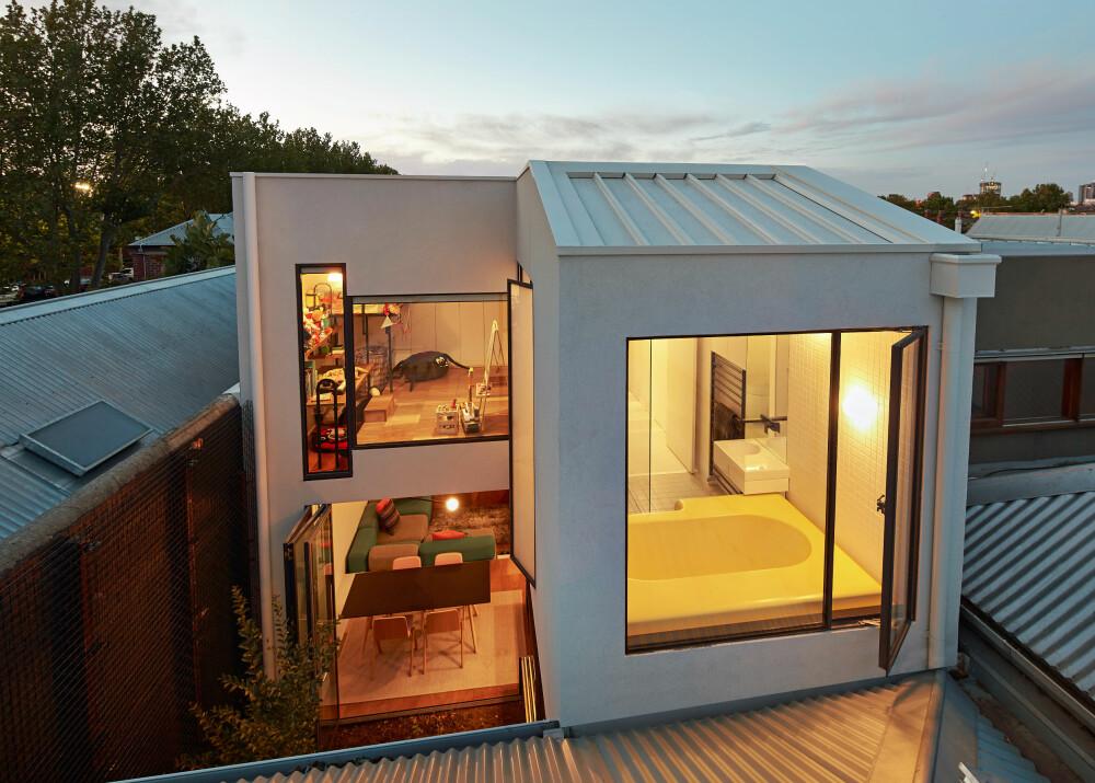 GAMMELT OG NYTT: Opprinnelig sto det en enetasjes bungalow på eiendommen. Den har fått et toetasjes tillbygg, som reiser seg over bungalowtaket som vises i bildets nedre kant.
