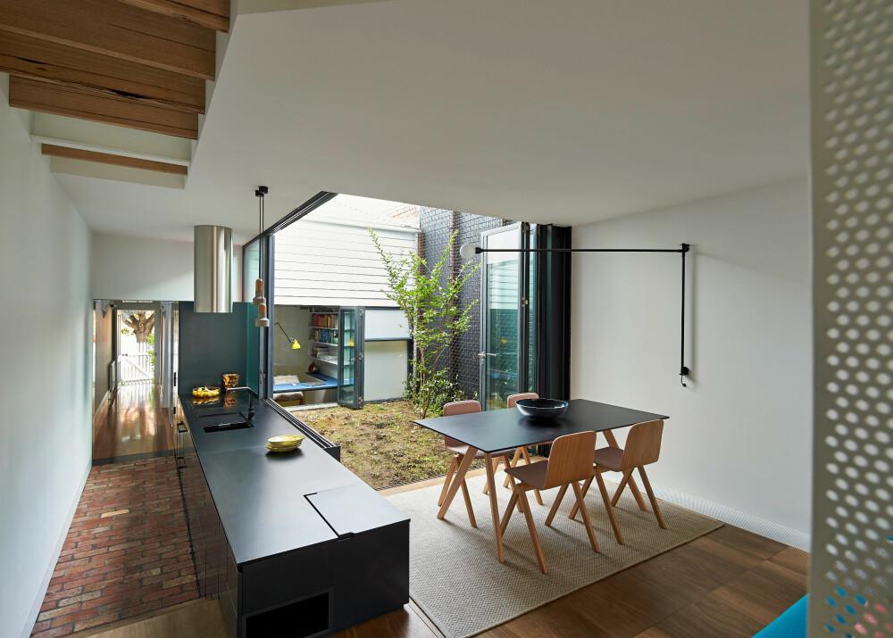 RETT UT: Det er brukt mye glass i fasadene, og med dører som kan skyves til side. Det gir rask og enkel tilgang til utemiljøene, som her fra kjøkkenet og spiseområdet.
