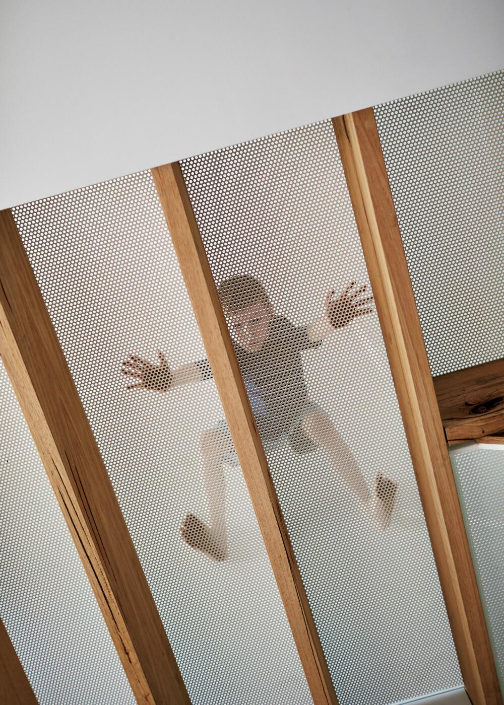 EDDERKOPP: Innvendig er det også brukt perforert metall, både i gulv og trapper.