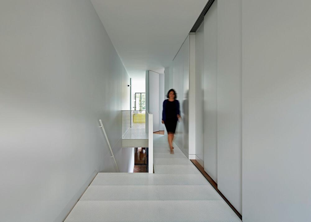 FLORLETT: Bruken av hvite vegger og de perforerte etasjeskillerne, skaper et lyst og lett inntrykk.