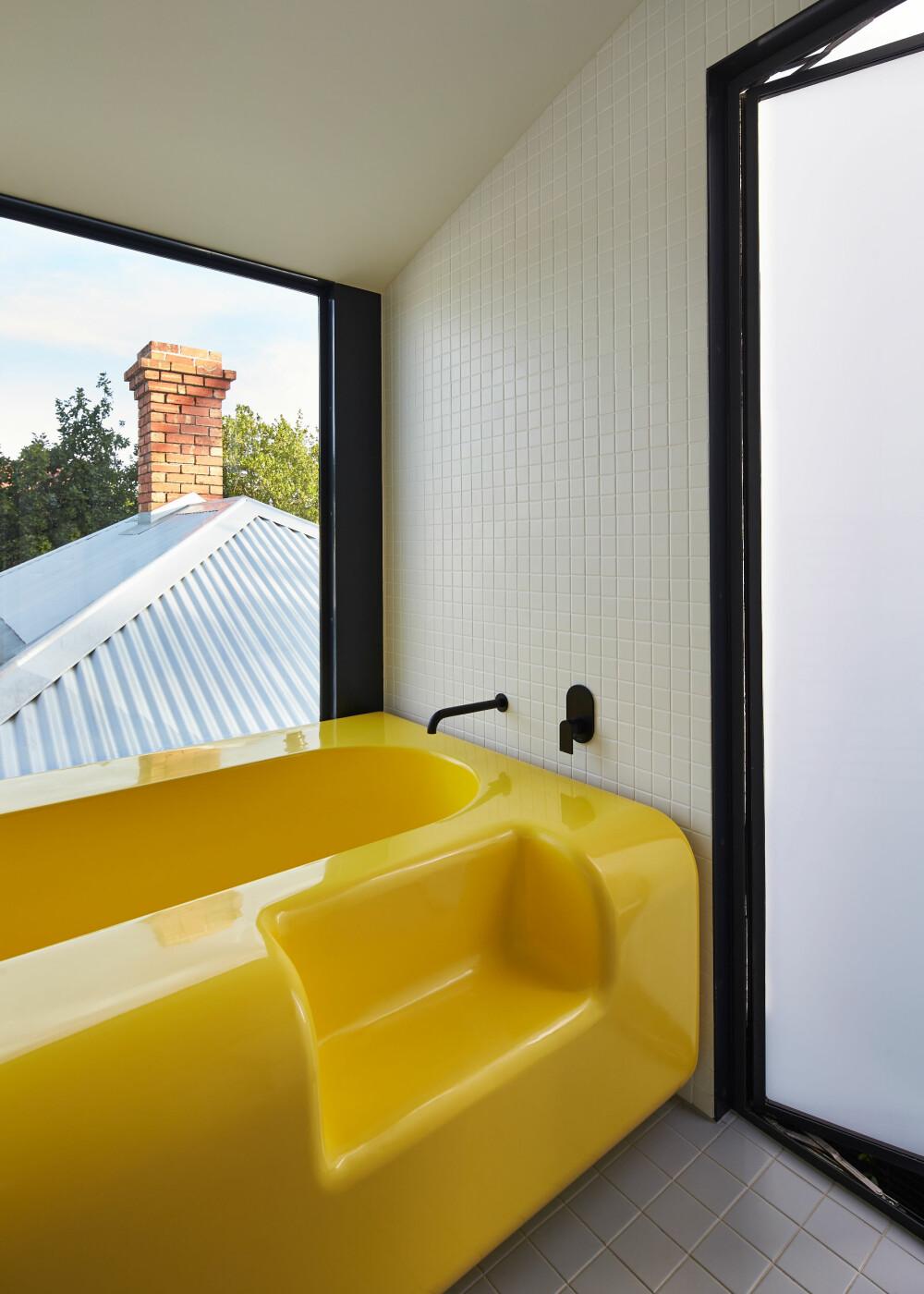 PLASSBYGGET: Badekaret i fiberplast ble bygget etter mål, for å minimere stedene hvor det kunne samle seg opp skitt og støv.