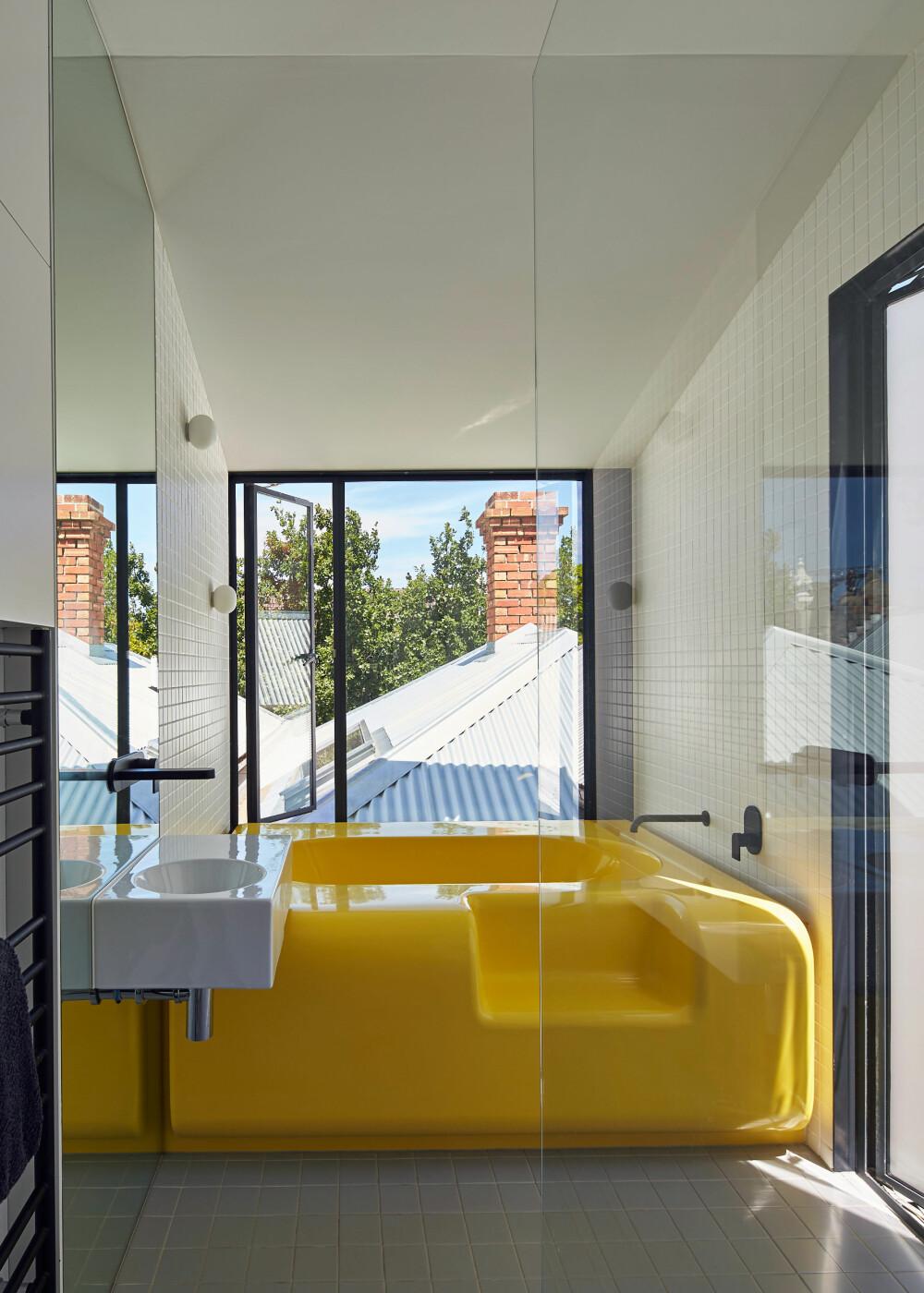 """RETT OPP I BADEKARET: Med et plassbygget badekar kan man også tilpasse """"ombordstigningen"""" etter eget behov og ønsker."""