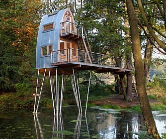 PÅ STYLTER: Som en vadefugl står tilbygget ute i dammen og gir rom for barnlig glede og voksen kontemplasjon.