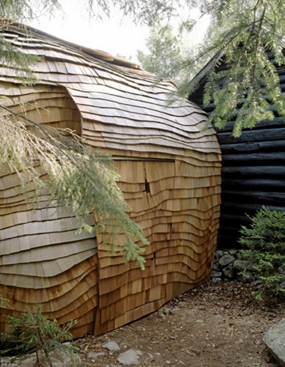 ET DYRISK HUS: Måten veggen er bygget opp av takspon i sedertre gjør at huset minner om et krypdyr.