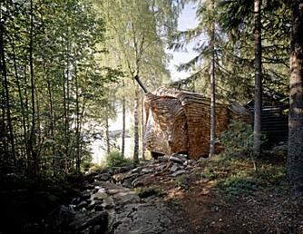 HUSET I SKOGEN: Dragspelhuset ligger idyllisk til, på toppen av en knaus nær både bekk og innsjø.