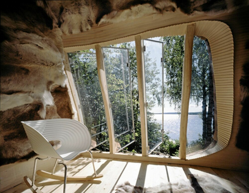 ET KULTURMØTE INNE I HYTTA: Moderne Vitra designmøbler møter reinskinn og tradisjonell samekultultur inne i Dragspelhuset.