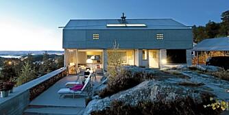 """Utsiktsvilla. """"Villa Engan"""" tegnet arkitekt Knut Hjeltnes svever ytterst på pynten. Den åpner seg mot sjøen og lukker seg mot veien."""