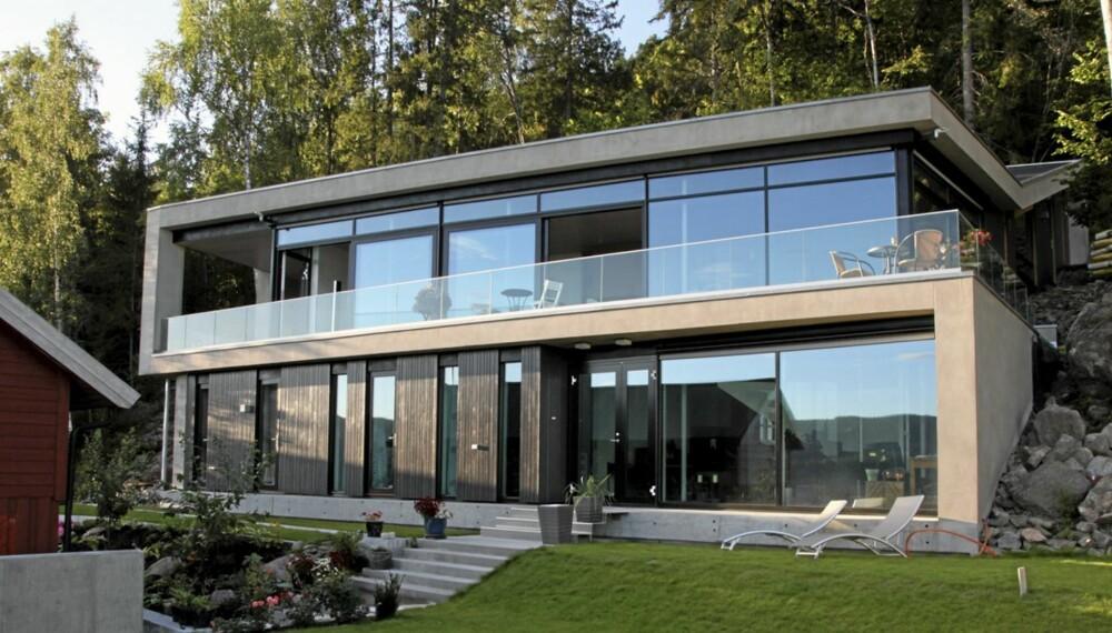 ET BLIKKFANG: Fra utsiden ser vi hvordan de to hovedetstasjene  i mur- og glassvillaen åpner seg raust mot utsikten.
